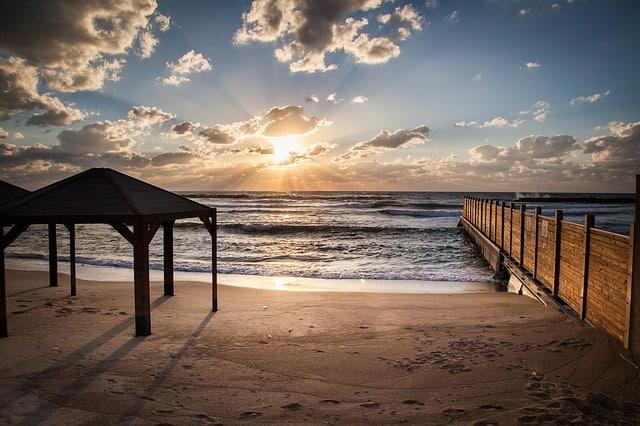 חוף תל אביב בערב